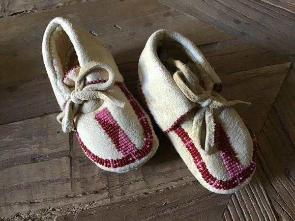 , Baby Moccasins mit einreihigem Beadwork, Indianer - Schmuck und Kunsthandwerk - prairie wind