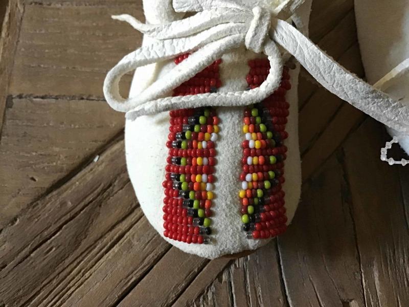 , Baby Moccasins mit rotem Beadwork, Indianer - Schmuck und Kunsthandwerk - prairie wind