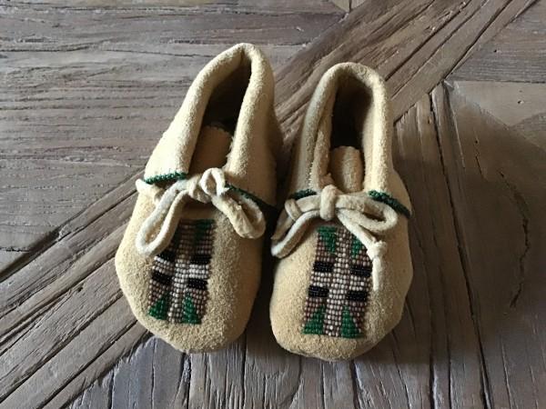 , Baby Moccasins mit grün-weiss-schwarzen Glasperlen, Indianer - Schmuck und Kunsthandwerk - prairie wind