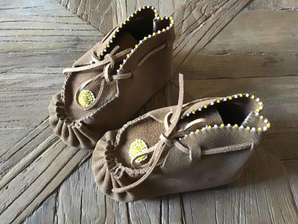 , Baby Moccasins mit gelben Glasperlen (Beadwork), Indianer - Schmuck und Kunsthandwerk - prairie wind
