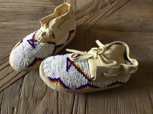 , Baby Moccasins mit Muster aus Glasperlen (Beadwork), Indianer - Schmuck und Kunsthandwerk - prairie wind