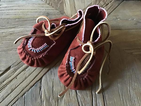 , Baby Moccasins aus rotem Leder mit Glasperlen, Indianer - Schmuck und Kunsthandwerk - prairie wind