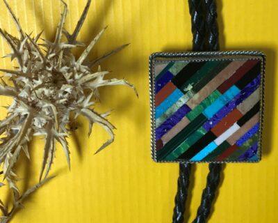 McKenzie Nastacio (Zuni) – Bolo Tie mit Mosaic Inlay