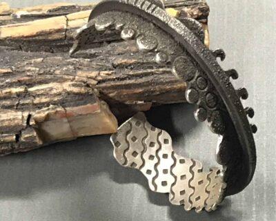 Aaron Brokeshoulder (Shawnee-Choktaw-Pueblo) – Silberarmreif mit Pueblo-Motiven