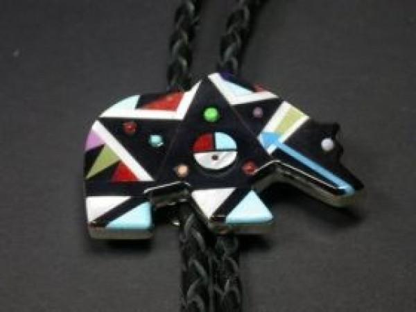 , Ernie Ohmsattie (Zuni) – Bären-Bolo Tie, Indianer - Schmuck und Kunsthandwerk - prairie wind